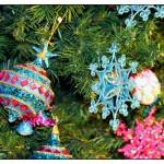 Weihnachtskugeln und Ostereier