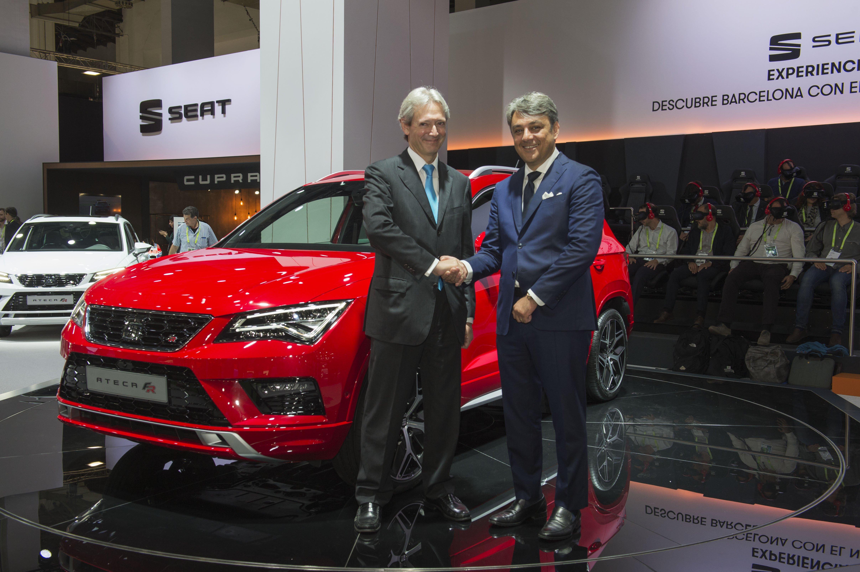Luca de Meo, Vorstandsvorsitzender der SEAT S.A. (r.), und Josep Martínez Vila, CEO von Saba, in einem liebevoll restaurierten SEAT 600