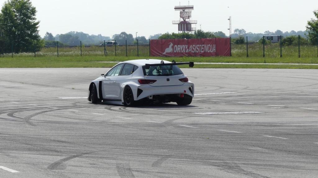 Werbung | CUPRA e-Racer – Test zeigt: Elektro-Tourenwagenserie E-TCR kann kommen