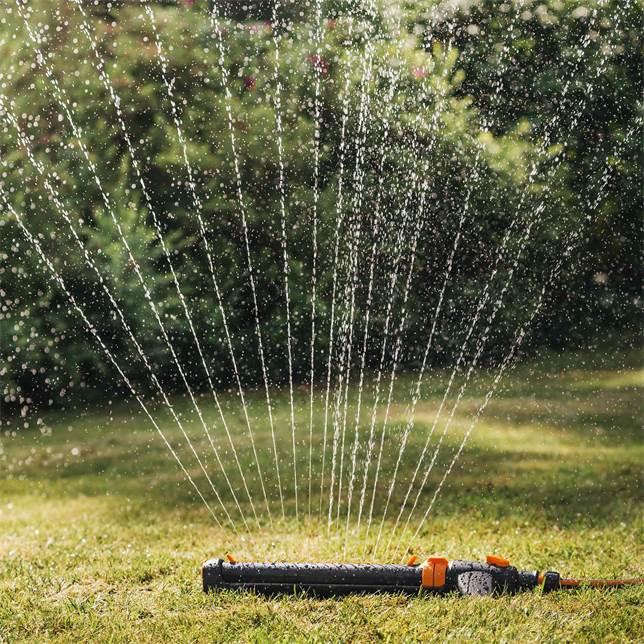 Werbung | Fiskars oszillierender Sprinkler für einen gleichmäßigen grünen Rasen