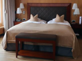 Das große Rätsel auf Reisen: Ist der Bettschal bloß Deko?