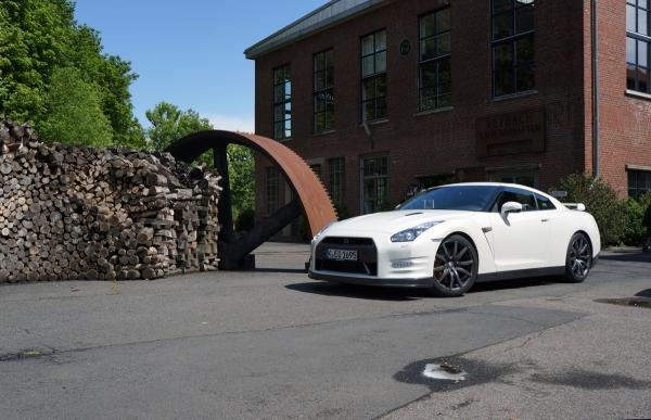 Werbung | Mini-Godzilla und der GT-R von Nissan